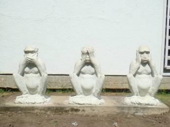 Il post degli auguri al supremo frocione Le-tre-scimmie